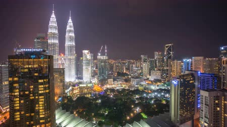 manzaraları : Time lapse of night scene at Kuala Lumpur city skyline with famous skyscraper landmark surrounding Petronas Twin Towers. Zoom in