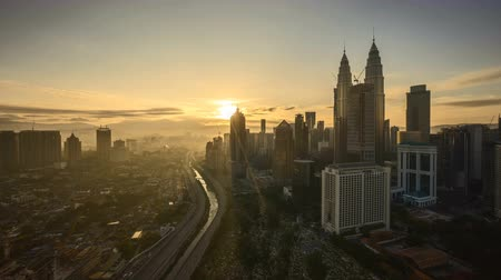 apartamentos : 4k UHD time lapse of sunrise night to day scene at Kuala Lumpur city skyline. Zoom out Stock Footage