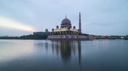 cami : Time lapse 4k Footage of Beautiful Dramatic Sunset Day to Night At Putrajaya Mosque with reflection on the water. Tilt down