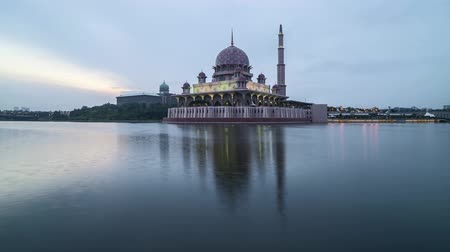 mesquita : Time lapse 4k Footage of Beautiful Dramatic Sunset Day to Night At Putrajaya Mosque with reflection on the water. Tilt up