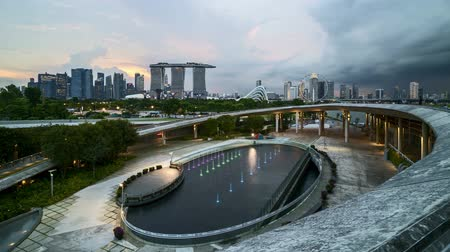 szingapúr : 4k UHD time lapse of sunset sky day to night at Singapore Marina Bay city skyline. Stock mozgókép