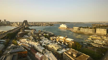 Сидней : 4k UHD time lapse of day to night sunset at Sydney city skyline, aerial view. Pan left