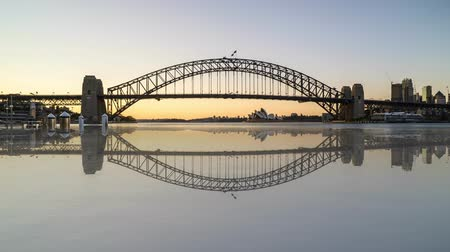 Сидней : 4k UHD time lapse of beautiful sunrise night to day at Sydney with reflection effect. Tilt up