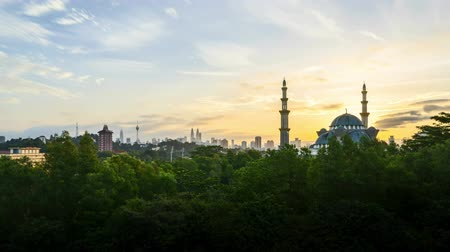 islámský : 4k UHD time lapse of sunset over silhouette mosque at Kuala Lumpur city skyline. Zoom out