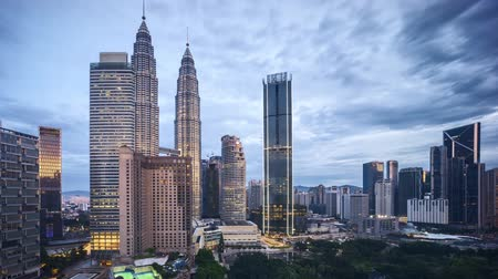 esquerda : 4k time lapse of sunrise at Kuala Lumpur city skyline. Pan left