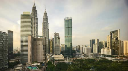 residência : 4k time lapse of sunset at Kuala Lumpur city skyline. Tilt down Stock Footage