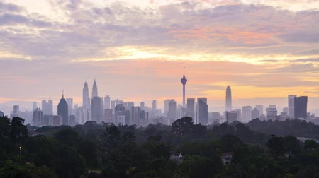 malásia : 4k time lapse of sunrise at Kuala Lumpur city skyline. Zoom in Vídeos