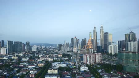 esquerda : 4k time lapse of day to night to day, from sunset to sunrise at Kuala Lumpur city skyline, aerial view. Pan left