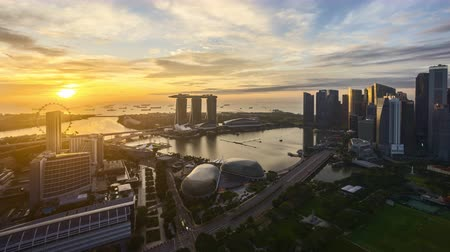 4k UHD time lapse of night to day sunrise scene at Singapore city skyline. Zoom out Vídeos