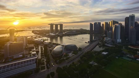 4k UHD time lapse of night to day sunrise scene at Singapore city skyline.Tilt up Vídeos
