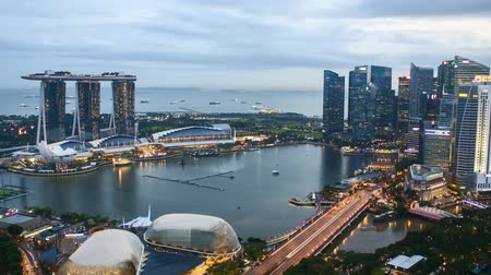 Time lapse of sunset day to night at Singapore Marina Bay skyline. Pan left Vídeos