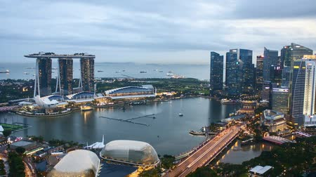 広角 : Time lapse of sunset day to night at Singapore Marina Bay skyline. Zoom in 動画素材