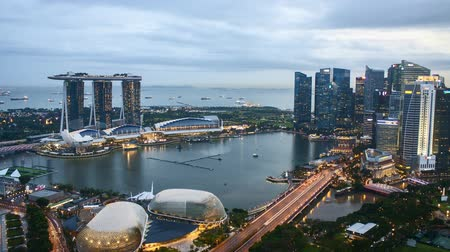 Time lapse of sunset day to night at Singapore Marina Bay skyline. Tilt up Vídeos
