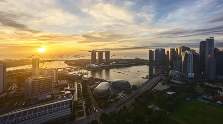 Time lapse of sunrise night to day at Singapore Marina Bay skyline. Tilt down Vídeos