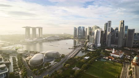 Time lapse of cloudy sunrise at Marina Bay Singapore. Zoom in Vídeos