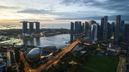 Time lapse of night to day sunrise at Marina Bay Singapore. Pan right Vídeos