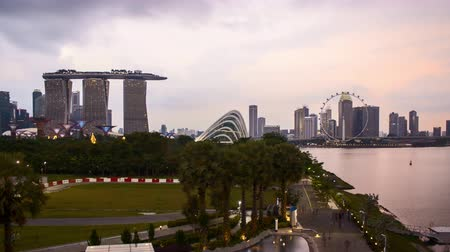 Time lapse of dusk day to night sunset at Marina Bay Singapore. Tilt up Vídeos