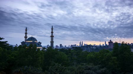4k UHD time lapse of sunrise over silhouette mosque at Kuala Lumpur city skyline. Vídeos