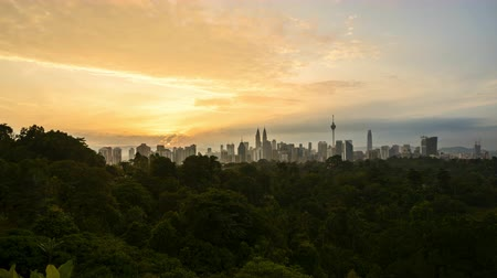 4k time lapse of clear sunrise from Kuala Lumpur city skyline. Tilt up Vídeos