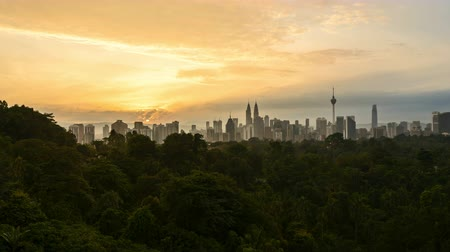 4k time lapse of clear sunrise from Kuala Lumpur city skyline. Pan right Vídeos