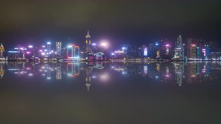 esquerda : 4k time lapse of night scene at Hong Kong city skyline during daily light show, with reflection effect. Pan left Vídeos