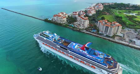 šnorchl : MIAMI BEACH, FLORIDA FEBRUARY 28, 2016: Cruise ship enter to Atlantic ocean from Government Cut canal. Editorial use only. 4K video.