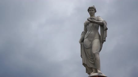 статуя : Statue with cloud background