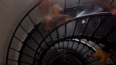 recursos : Time-lapse of people moving on corkscrew staircase