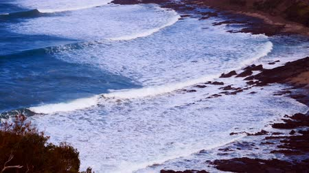 Waves on rocky coastline, seen from Teddys Lookout, Australia Wideo