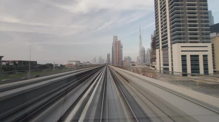 pociąg : Dubai Seen From The Metro, United Arab Emirates