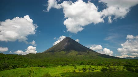volkan : Time lapse of the volcano of Arenal with green meadow at sunny day. Costa Rica