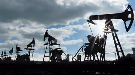 pompki : working oil pumps silhouette against timelapse clouds Wideo