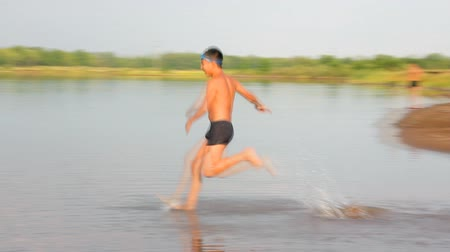 menino : boy jumping in lake - slow motion Vídeos