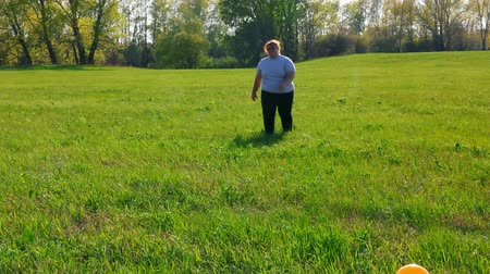 emagrecimento : sport - overweight woman exercising on green meadow Vídeos