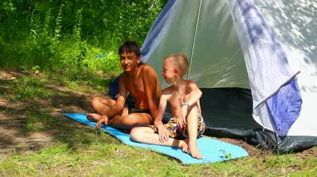 temporadas : camping children near tent in forest