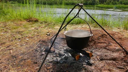 şenlik ateşi : kettle over campfire