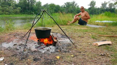 tábor : camping - kettle over campfire