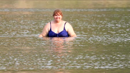 tłuszcz : woman with overweight bath in river