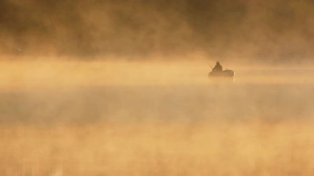 flutuador : morning fishing on river in fog
