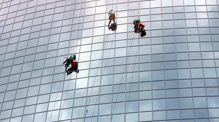 район : timelapse with window cleaners at work on skyscraper Стоковые видеозаписи