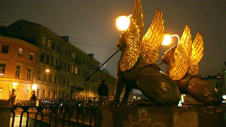 mese : Griffins on Bank Bridge in Saint Petersburg at night