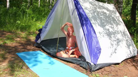 kamp : boy near camping tent in forest Stok Video