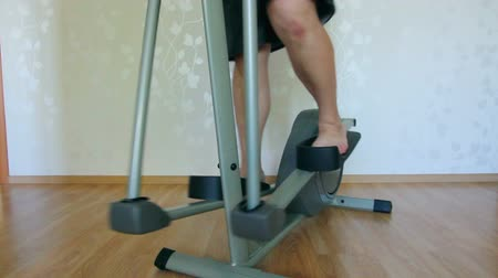 tłuszcz : overweight man legs exercising on trainer ellipsoid
