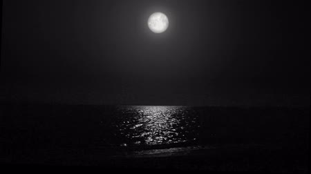 su üzerinde ufuk : night moon and moonbeam in sea