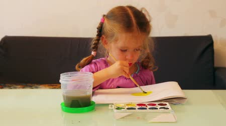 przedszkole : little girl draws paints