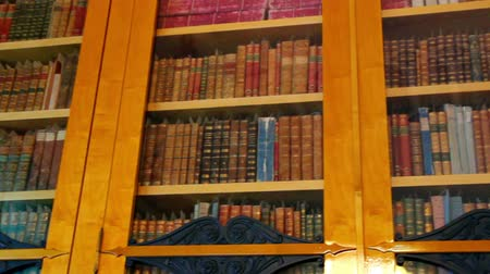 könyvtár : bookshelves with old books