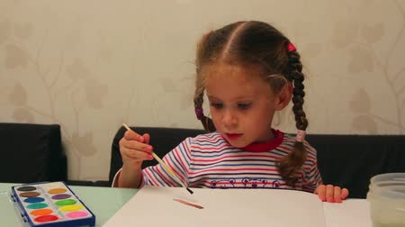 akvarell : little girl draws paints