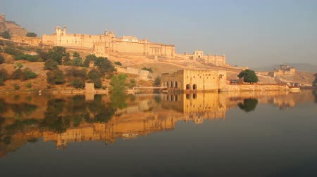 architektura : landscape with fort and lake in Jaipur India