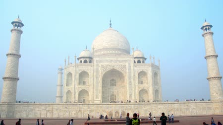 купол : Taj Mahal in Agra India -  timelapse in motion