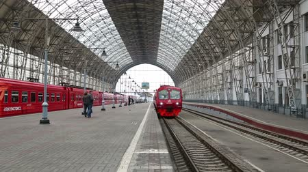vasúti : red train arrives at the Kiev station in Moscow Russia - timelapse